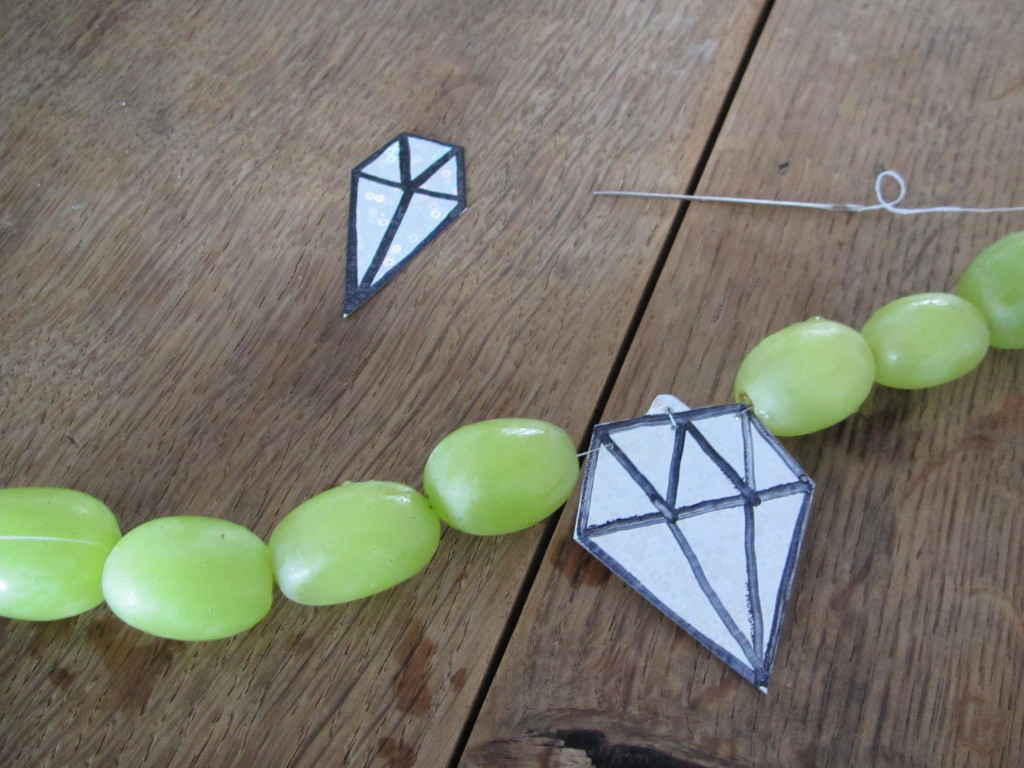 Healthy treat: necklace made with grapes / Gezonde traktatie: 'parelketting' van witte druiven // VAN BRITT