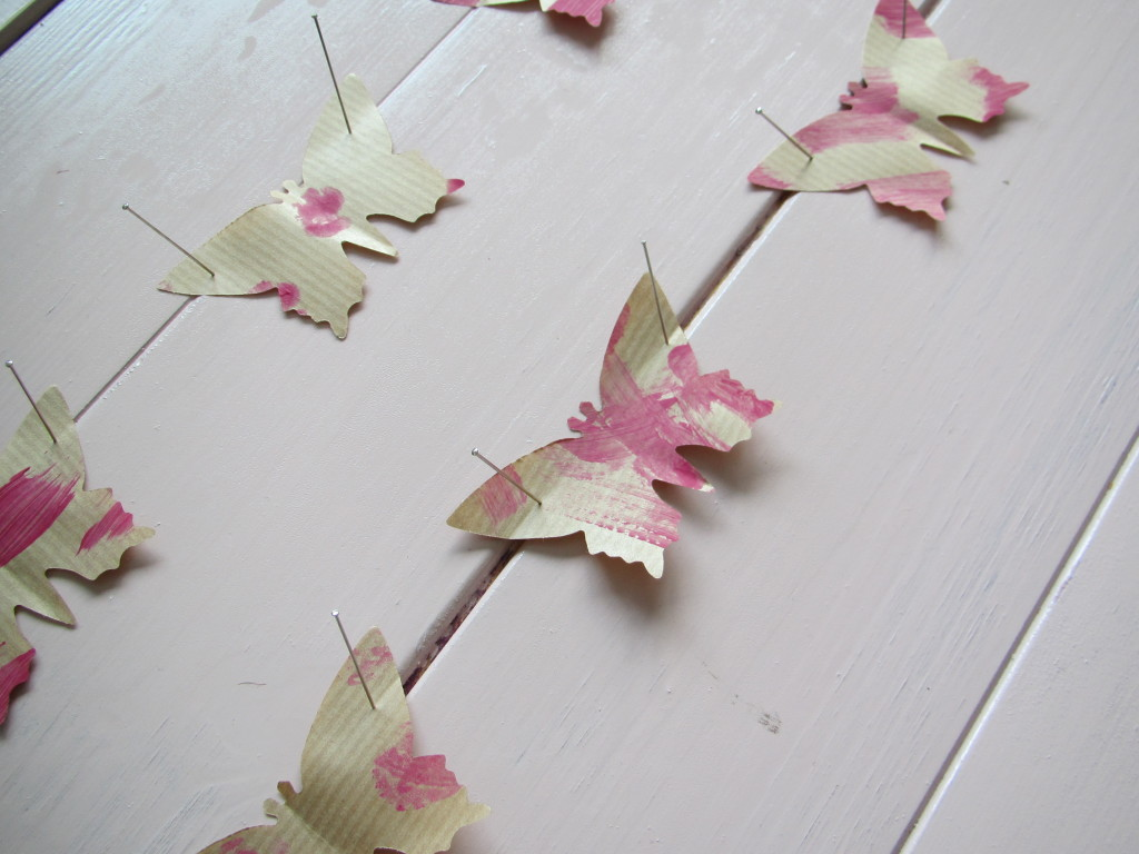 Craft for spring, paper butterflies on display / Lenteknutsel, papieren vlinder tentoonstelling // VAN BRITT