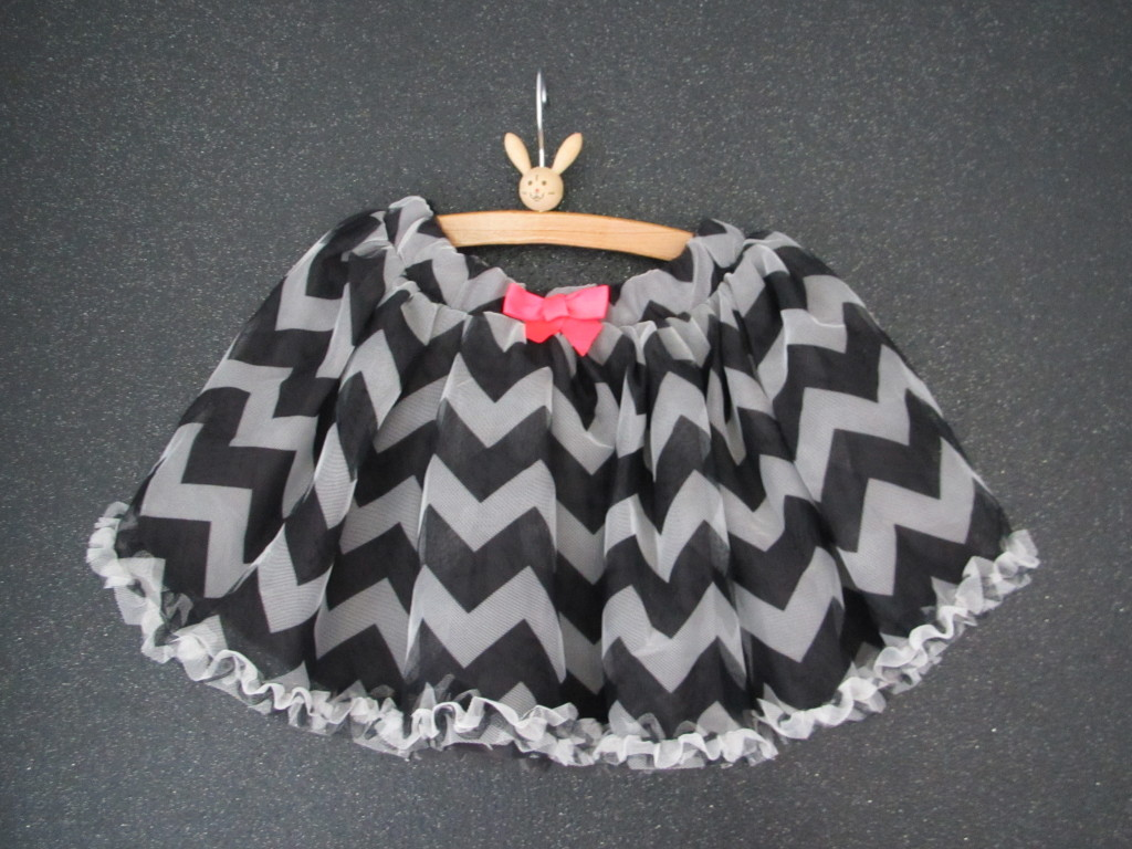 Chevron skirt, dark grey, white and pink / Chevron rokje in donkergrijs, wit en roze // H&M kids, photo: VAN BRITT