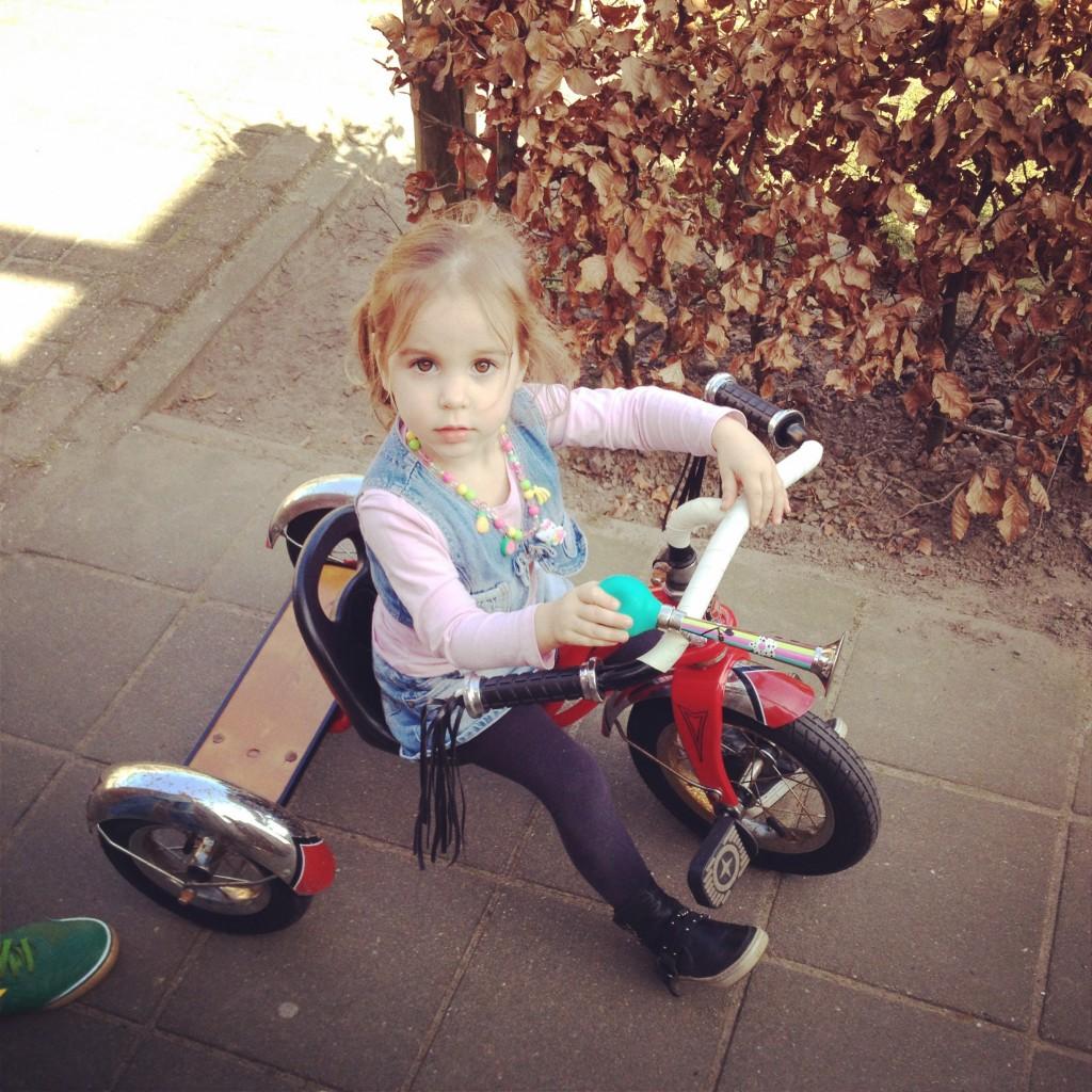 Riding my first bike / Voor het eerst fietsen // VAN BRITT