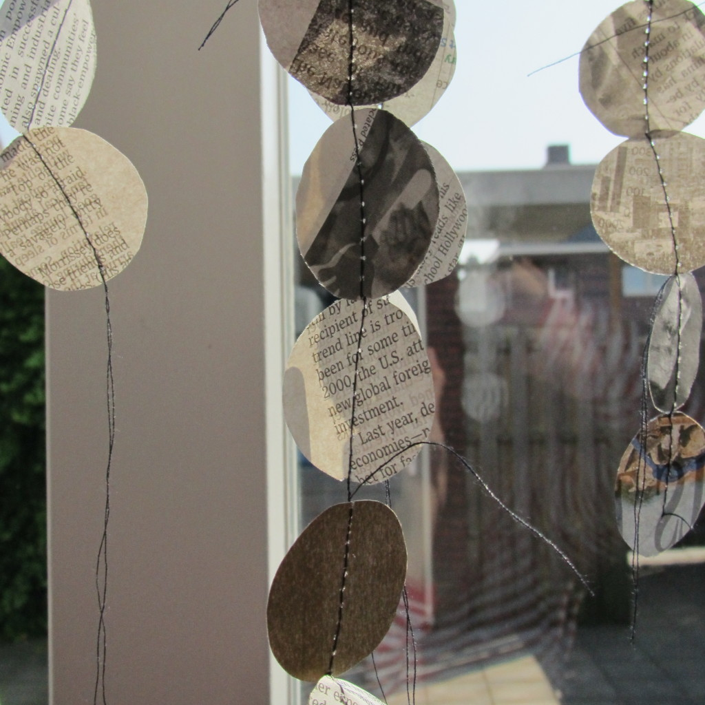 Paper garlands, made with newspaper, for goodiebags / Papieren slingers van krant, voor goodiebags // VAN BRITT