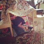 Building a tent / Een hut van dekens // VAN BRITT