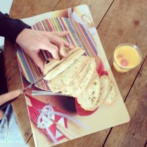 Cutting bread / Brood snijden // VAN BRITT