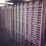 Recycling a baby bed into wall hangings for the garden / Onderdelen van een ledikantje aan de schutting of tuinmuren // VAN BRITT