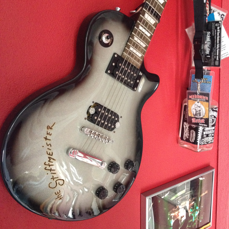 Guitar on the wall / Gitaar aan de muur // VAN BRITT