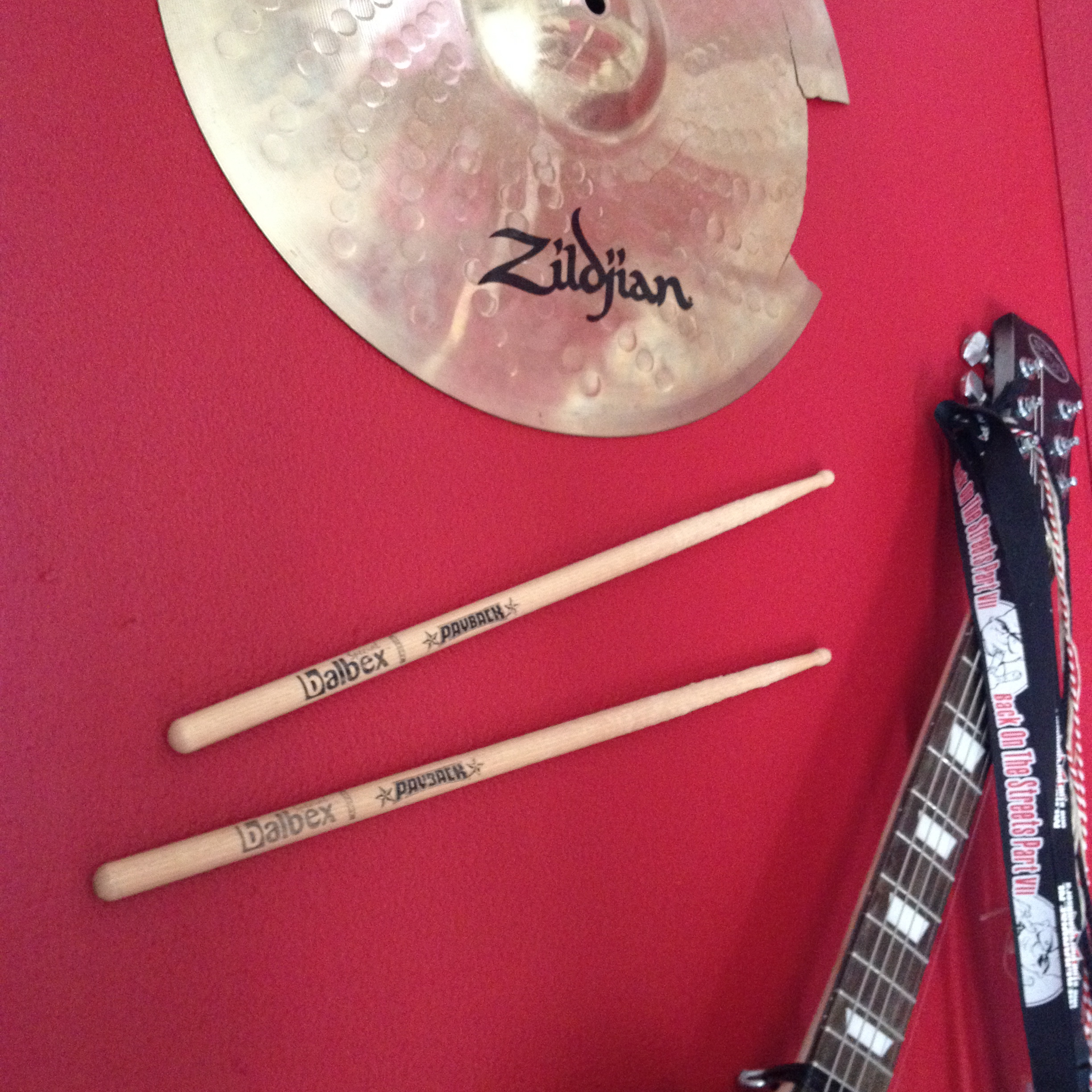 Cymbal, drumsticks, guitar, on the wall / Bekkens, drumstokken, gitaar, aan de muur // VAN BRITT