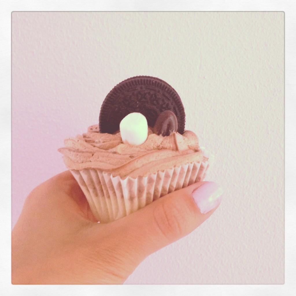 Mocca cupcake with chocolate swirl, Oreo on the bottom and on top, mini marshmallow, mocca bean en vanilla cake / Vanille cupcake met mokka creme met chocolade swirl en een hart van hazelnootchocolade, Oreo bodem en Oreo bovenop, mini-marshmallow en mokka boontje // VAN BRITT