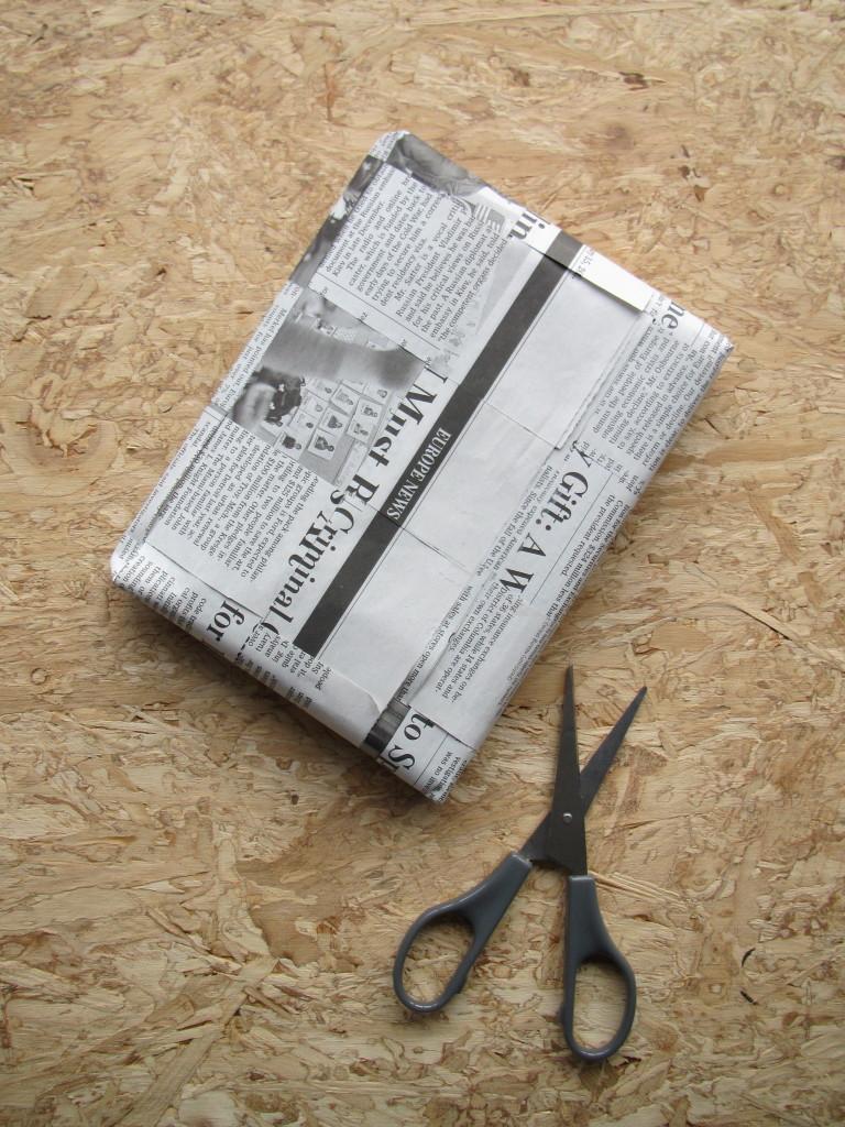 Gift wrapping with newspaper / Cadeautjes inpakken met krant, krantenpapier // VAN BRITT