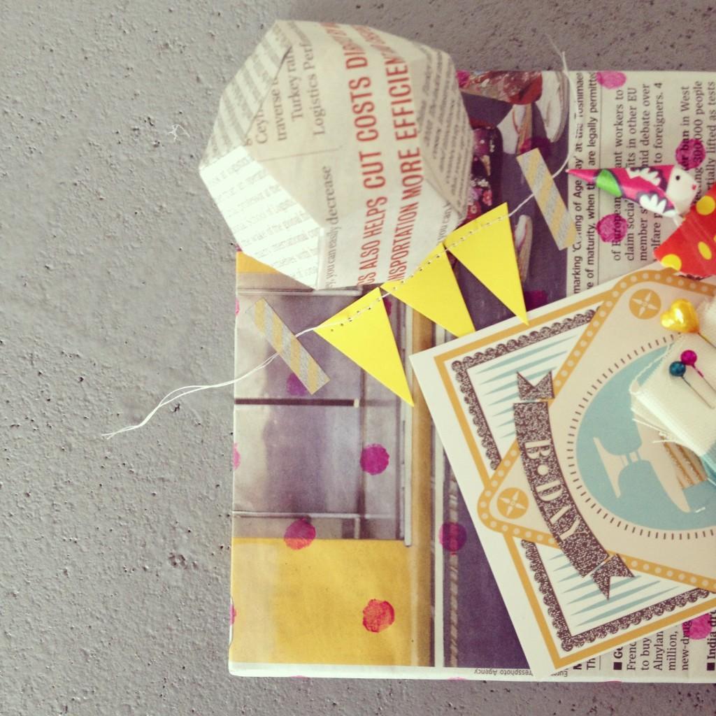 Gift wrapping with newspaper / Inpakken met krant, krantenpapier // VAN BRITT