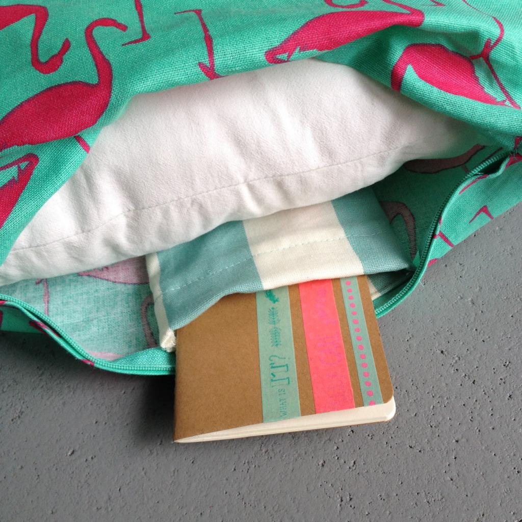 Secret book in pillow / Geheim boekje in kussen // VAN BRITT