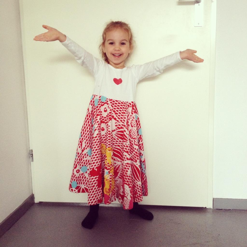 Kids dress made out of a onesie and some leftover fabric / Jurkje voor kinderen, gemaakt van een romper en een lapje stof // VAN BRITT