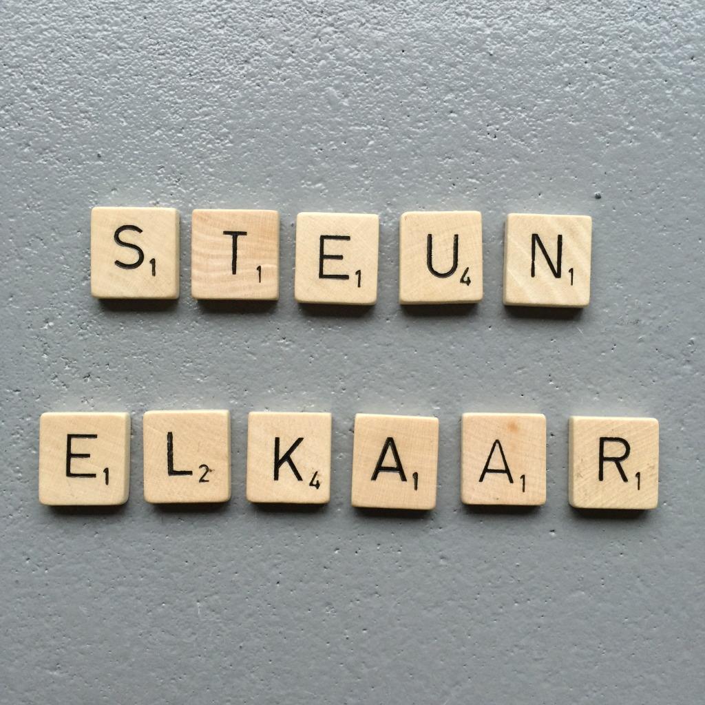 Steun elkaar, Scrabble letters // VAN BRITT