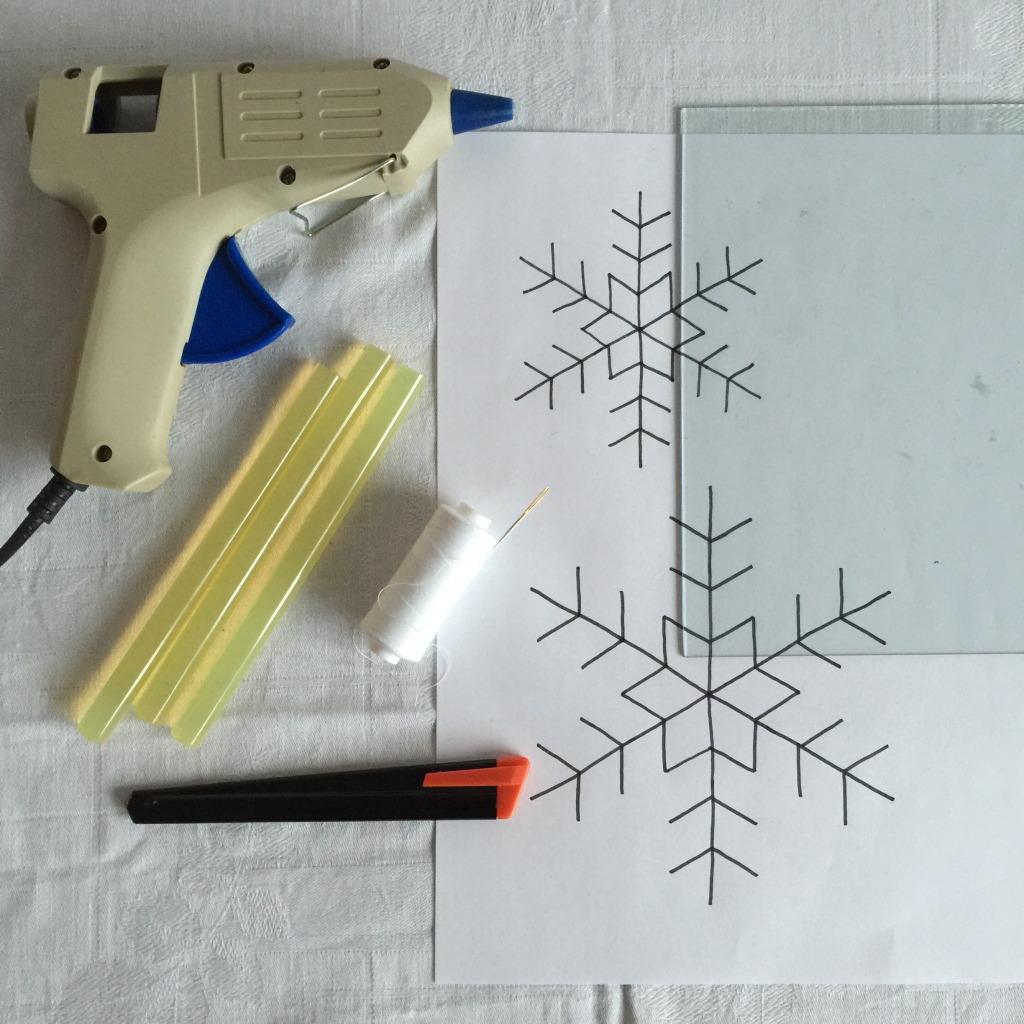 Making icestars with a hot glue gun, snowstars / IJssterren van lijm, sneeuwsterren // VAN BRITT