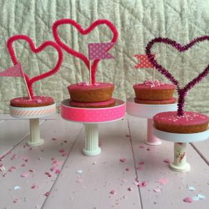 Mini-display for cupcakes, Cupcake stand, Budget DIY, Valentine's / Mini-etageres voor Valentijn // VAN BRITT/Britt Meijs vor Moodkids