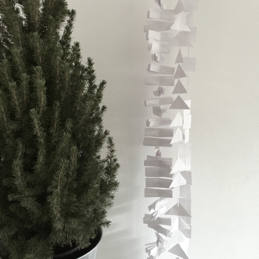 Winter crafts with office supplies, wintery garland, easy crafts / Winterse slinger gemaakt van kantoorartikelen, knutselen met kantoorartikelen // VAN BRITT ism Viking