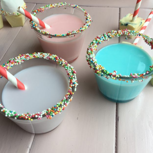 Pastel colored hot cocoa, hot chocolate / Witte chocolademelk, pastelkleurtjes, zelf chocoladesticks maken // VAN BRITT