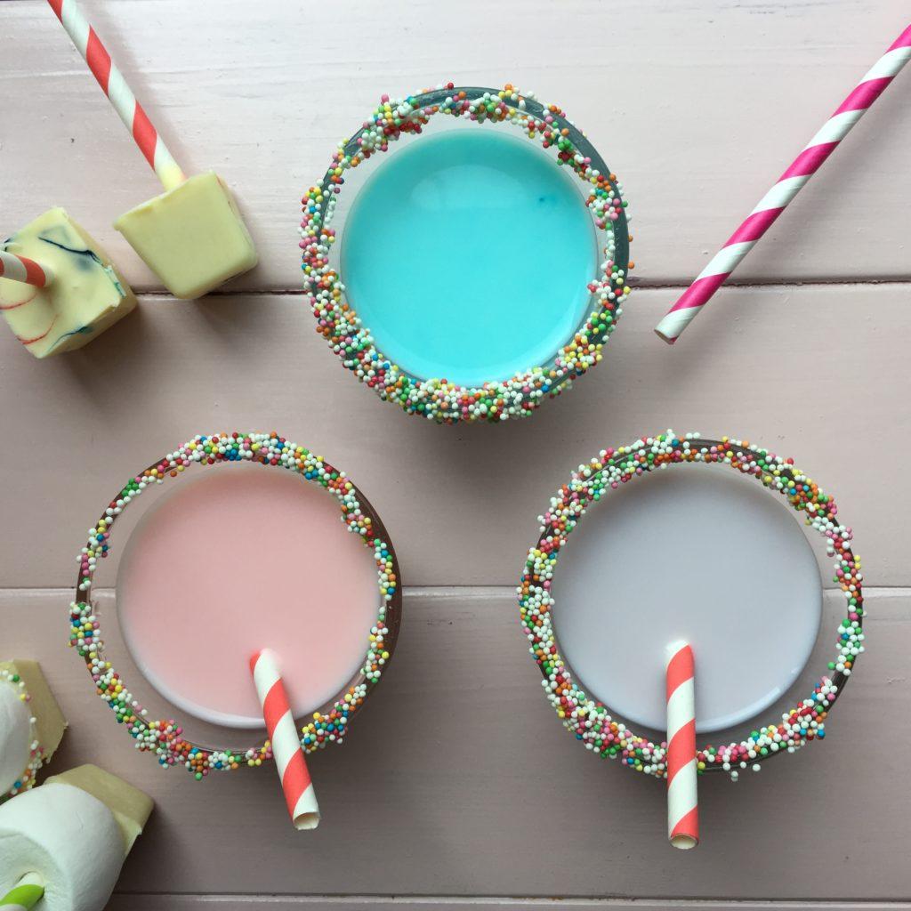 Pastel colored hot cocoa, hot chocolate / Witte chocolademelk, pastelkleurtjes, zelf chocoladesticks maken // VAN BRITT