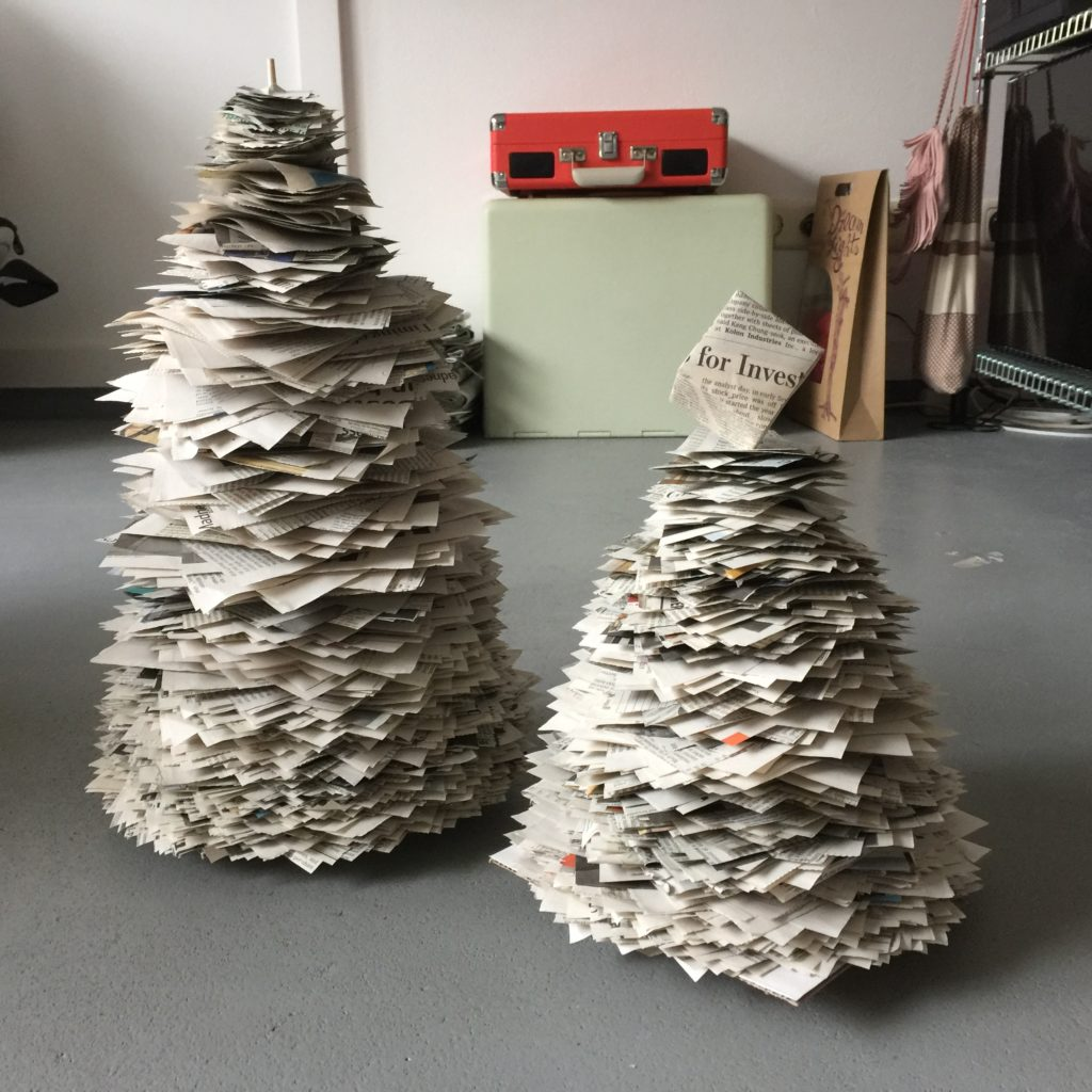 Christmas tree made out of newspaper / Kerstboompjes van krant // VAN BRITT