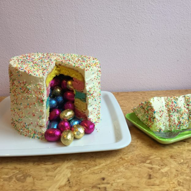 How to make a piñata cake / Hoe maak je een piñata taart? // VAN BRITT